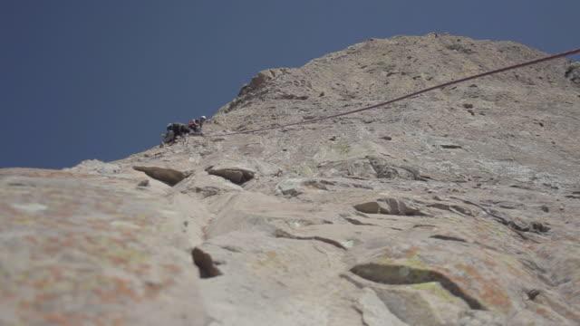 vídeos y material grabado en eventos de stock de climbing peña bernal monolith - cámara en mano