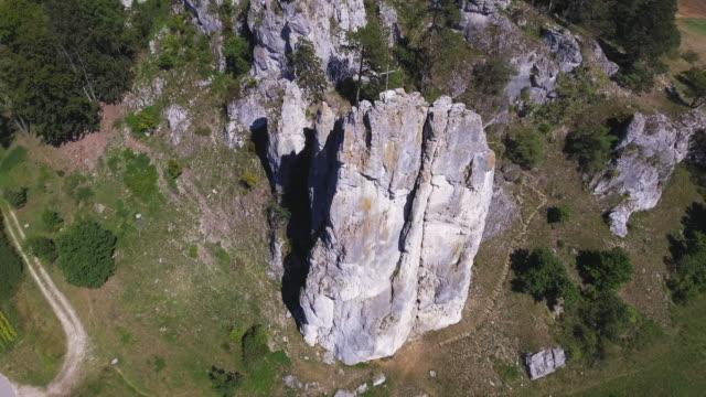 vidéos et rushes de rocher d'escalade dans le massif montagneux du jurassique - mountain range