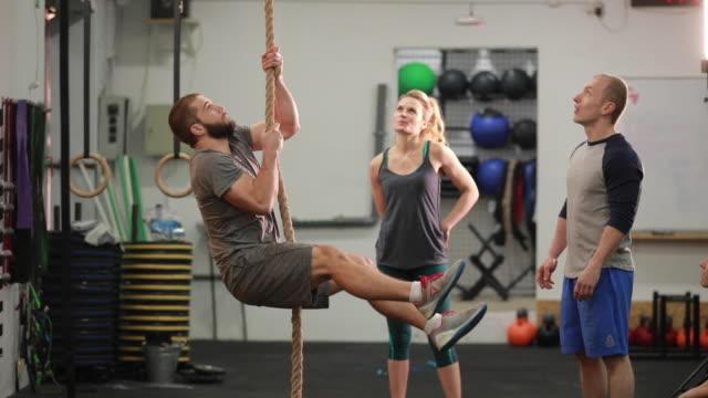 klettern, seil praxis im fitness-studio - seil stock-videos und b-roll-filmmaterial