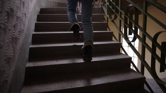 klättra uppför trappan - trappsteg och trappor bildbanksvideor och videomaterial från bakom kulisserna
