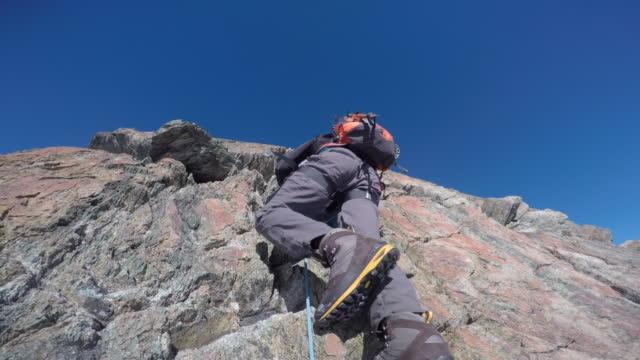 vídeos de stock e filmes b-roll de pov climbing up steep alpine ridge and cliff - dedicação