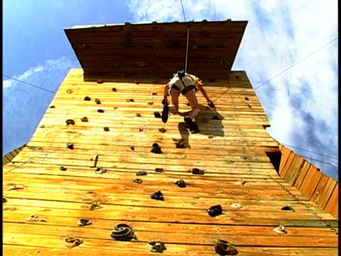 stockvideo's en b-roll-footage met climbing - vrij klimmen