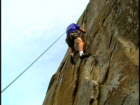 vídeos de stock e filmes b-roll de climbing - arnês de segurança