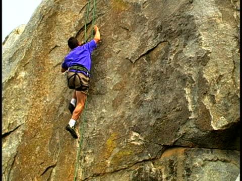 climbing - imbracatura di sicurezza video stock e b–roll