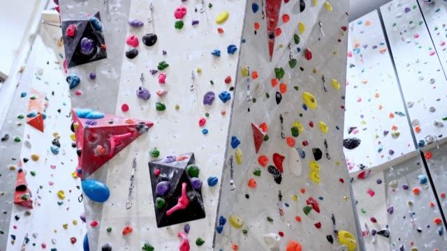 vídeos y material grabado en eventos de stock de pared de escalada interior - escalada libre