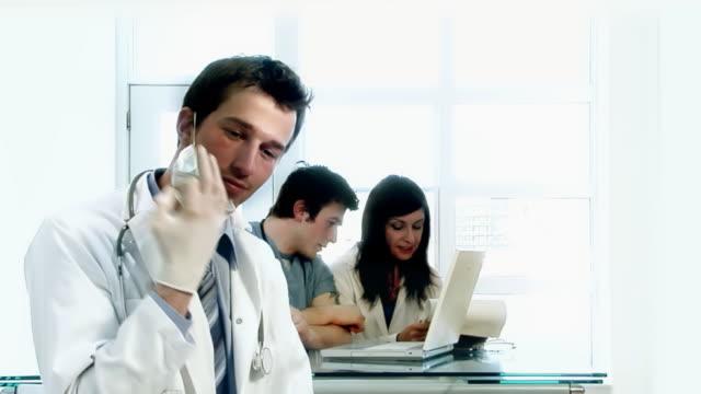vídeos de stock, filmes e b-roll de clínica medicamentos - braços cruzados