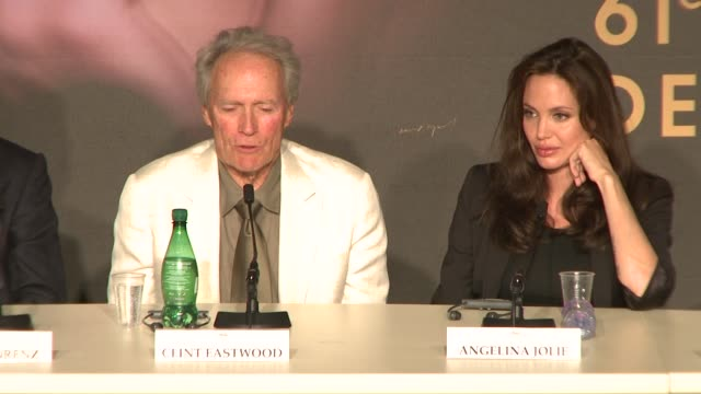 """clint eastwood on """"dirty harry"""" at the 2008 cannes film festival -""""changeling"""" press conference in cannes on may 20, 2008. - クリント・イーストウッド点の映像素材/bロール"""