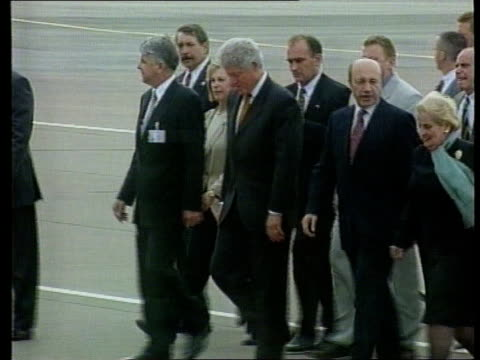 vídeos de stock, filmes e b-roll de clinton arrives for putin meeting itn russian federation moscow ext ms us president bill clinton waving at door to air force one clinton across after... - bill clinton