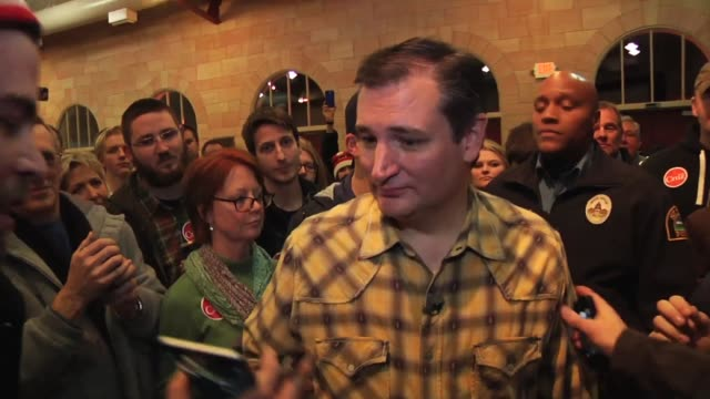 vídeos de stock e filmes b-roll de clip 1 is a short broll segment of ted cruz signing autographs and taking pictures ending with ted meeting santa claus clip 2 is interviews with... - chapéu do pai natal