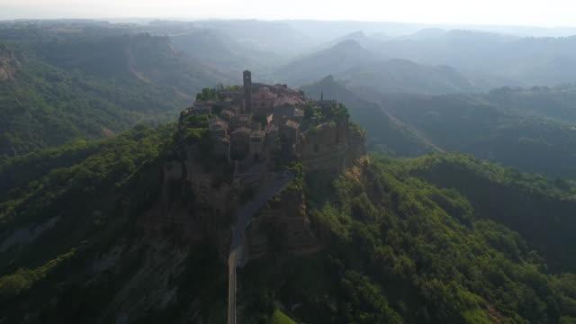 2 クリップ - チヴィタ・ディ・バニョレッジョの空中写真 - イタリア。4k - ラツィオ州点の映像素材/bロール