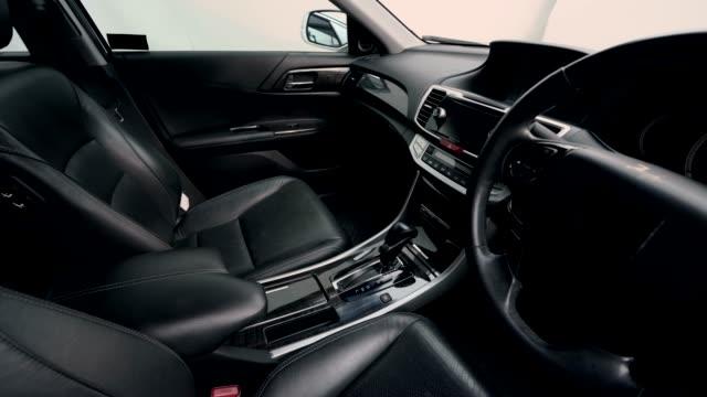stockvideo's en b-roll-footage met 4k clip beeldmateriaal interieur moderne auto, zwart lederen zitting binnen. - auto interieur