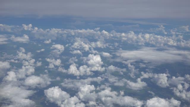 4k clip filmmaterial aus gesucht aus dem fenster eines flugzeugs die wolken über den himmel, verkehrskonzept sehen können - hd format stock-videos und b-roll-filmmaterial