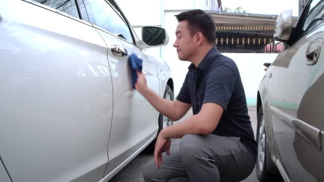 4kクリップ映像 店主 マイクロファイバー布で車内を掃除 - 歯車の歯点の映像素材/bロール
