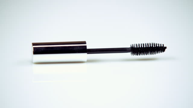 vidéos et rushes de clip of a selection of make-up items. - mascara