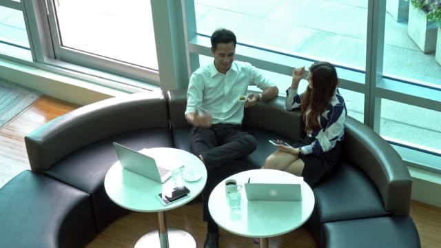 4 k クリップ トップはカジュアル スーツ仕事でアジア系のビジネスマン、ビジネスウーマンの映像を表示します。 - casual clothing点の映像素材/bロール