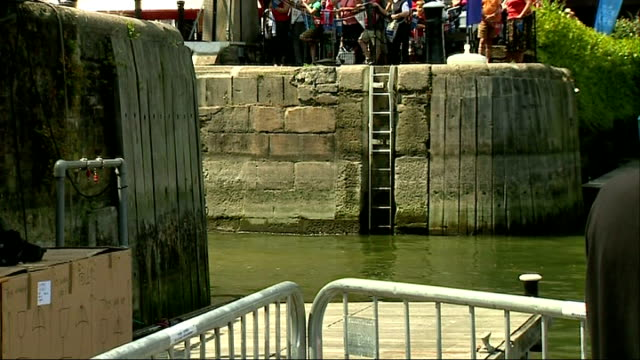 vídeos y material grabado en eventos de stock de yachts return to london england london st katharine docks ext gvs crowds gathered along docks / 'mission performance' yacht arrives sails along into... - equipo de vela