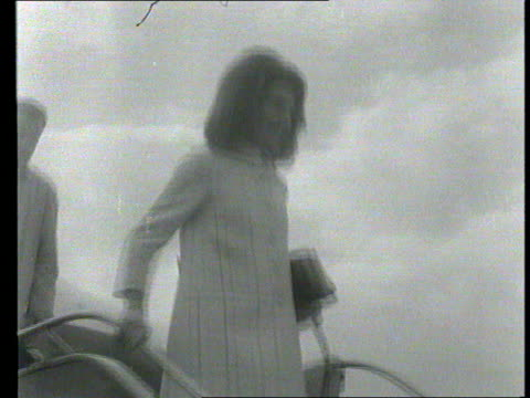 part 1 tx jackie kennedy off bea plane with children john kennedy and caroline kennedy at london airport out of car with children and into car - jackie kennedy stock-videos und b-roll-filmmaterial