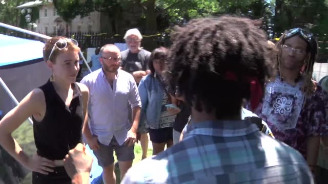 clips from a black lives matter protest outside of the governors' mansion police talk to protesters about putting a tent on the lawn signs hanging on... - 抗議者点の映像素材/bロール