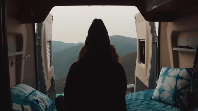vidéos et rushes de 2 clips! femme relaxed dans un camping-car regardant les vues. - activité de plein air
