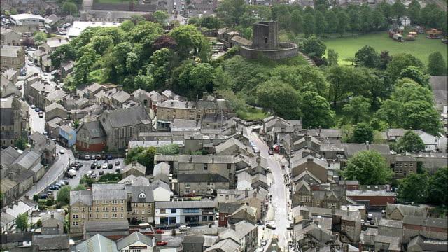 vidéos et rushes de clitheroe et le château-vue aérienne-angleterre, au lancashire, ribble valley district hélicoptère filmant, vidéo aérienne, cineflex, plan de situation, royaume-uni - lancashire