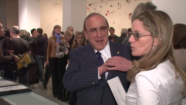 """clive davis at the joseph la piana's """"kinetic state"""" art exhibition opening at the robert miller gallery in new york, new york on march 27, 2008. - ピアナ点の映像素材/bロール"""