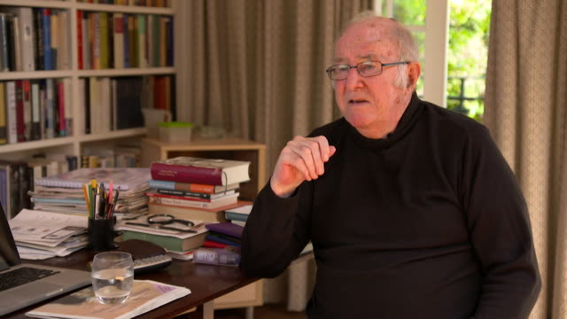 clive james discusses the hbo show 'game of thrones' - kritiker stock-videos und b-roll-filmmaterial