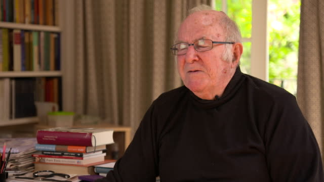 clive james on the tv boxset being a british development - kritiker stock-videos und b-roll-filmmaterial