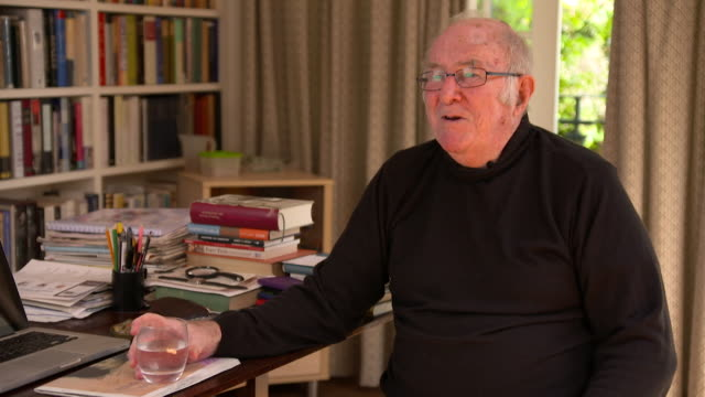 clive james on watching television box sets with his family - kritiker stock-videos und b-roll-filmmaterial