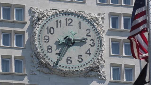 clock & american flag, flat iron district, manhattan, new york city, new york, usa, north america - レリーフ点の映像素材/bロール