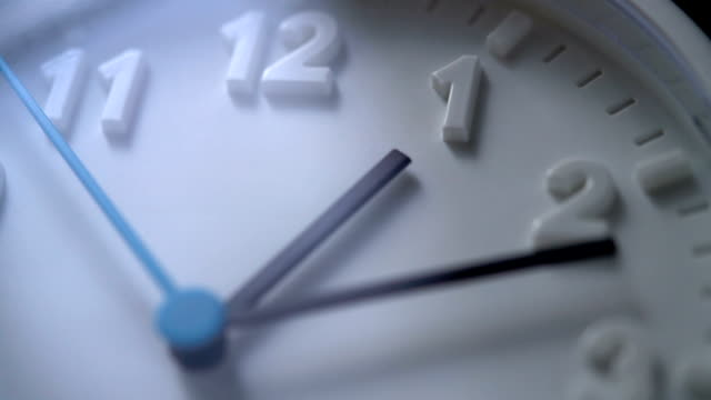 vídeos de stock e filmes b-roll de slo mo clock face at 1am - ditado