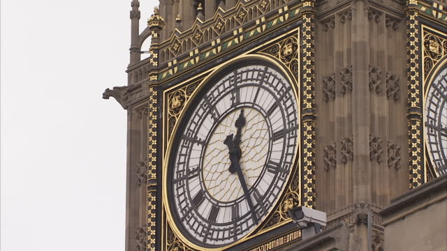 clock face of big ben available in hd - romersk siffra bildbanksvideor och videomaterial från bakom kulisserna