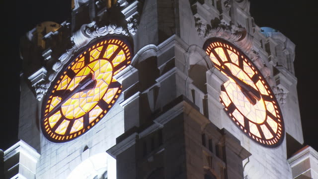 t/l, cu, la, clock face on clock tower of royal liver building illuminated at night, liverpool, england - turmuhr stock-videos und b-roll-filmmaterial