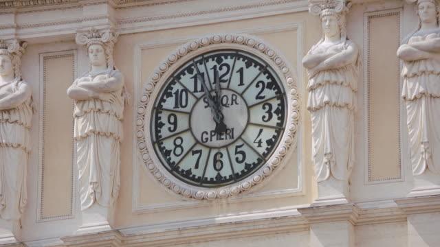 vídeos de stock, filmes e b-roll de cu clock face on wall / rome, italy - figura feminina
