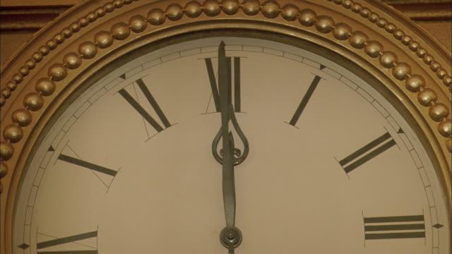 cl clock hand moving to twelve o'clock - romersk siffra bildbanksvideor och videomaterial från bakom kulisserna