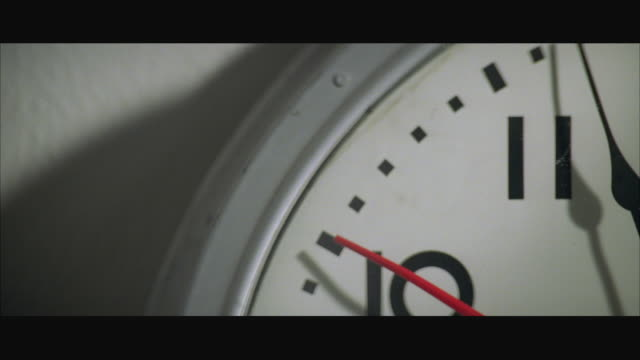 stockvideo's en b-roll-footage met cu tu clock hands approaching midnight - breedbeeldformaat