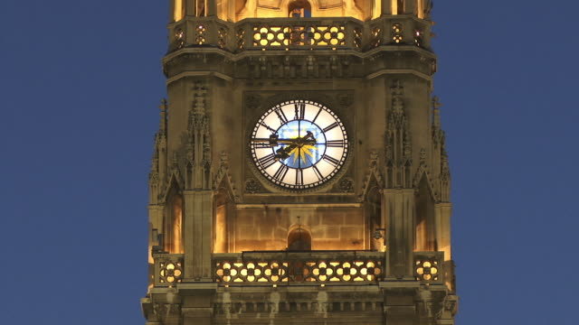 vidéos et rushes de cu, clock in rathaus (city hall) tower illuminated at dusk, vienna, austria - rathaus