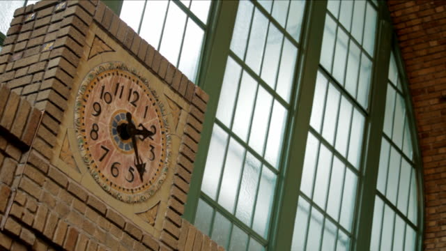 Clock inside the Gare du Palais train station