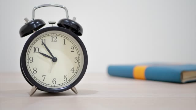 stockvideo's en b-roll-footage met clock motion timelapse toont voorbijgaande tijd met boek. - secondewijzer