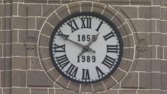 cu, zi, clock on top of basilica de nuestra senora del pino, teror, gran canaria, canary islands, spain - romersk siffra bildbanksvideor och videomaterial från bakom kulisserna