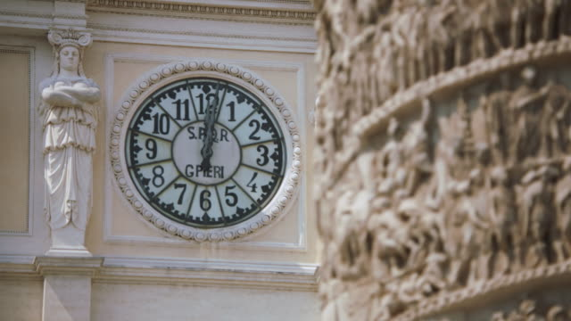 vídeos y material grabado en eventos de stock de cu r/f clock on wall, carving in foreground / rome - rack focus