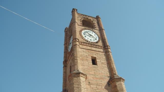 stockvideo's en b-roll-footage met clock tower at the center of chiapa de corzo dolly shot, chiapas, mexico - klokkentoren met wijzerplaat