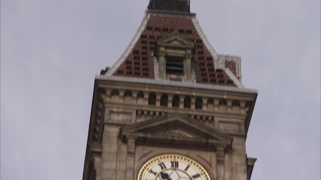 clock tower in victoria square in birmingham england. available in hd. - romersk siffra bildbanksvideor och videomaterial från bakom kulisserna