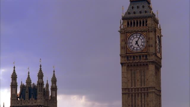 stockvideo's en b-roll-footage met ms, clock tower, london england - klokkentoren met wijzerplaat