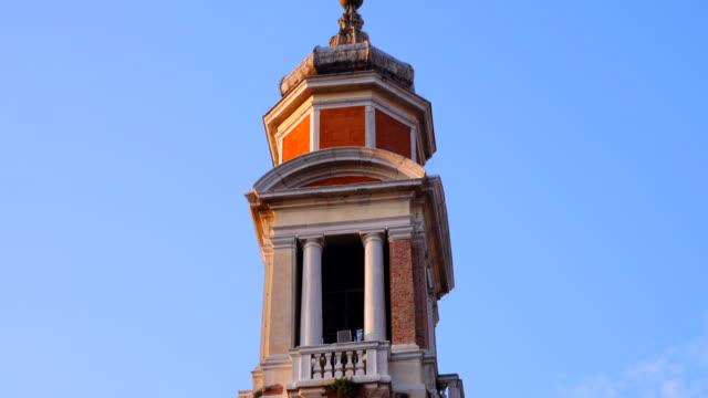 stockvideo's en b-roll-footage met klokkentoren van een katholieke kerk in venetië, italië - klokkentoren met wijzerplaat