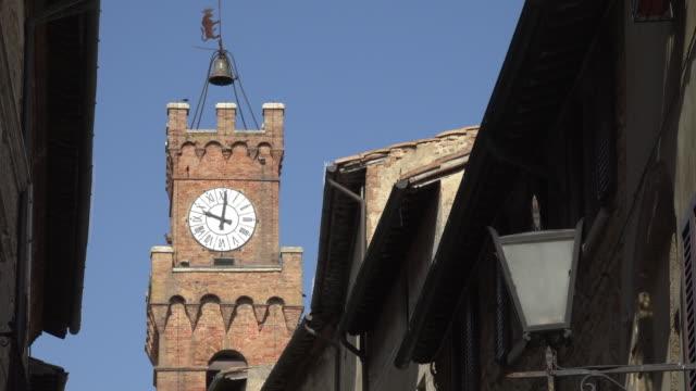 clock tower of palazzo comunale, town hall of pienza - unesco world heritage site点の映像素材/bロール
