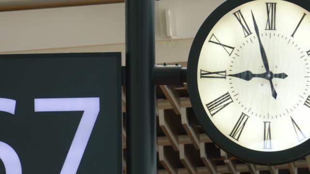 vídeos de stock, filmes e b-roll de relógio que trabalha em um vídeo do estoque do lapso de tempo do aeroporto - estação