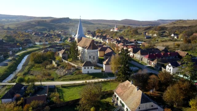 clockwise flight around the fortified church in soars - transilvania video stock e b–roll