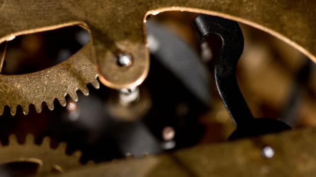 vídeos de stock e filmes b-roll de clockwork gears working - dente de engrenagem