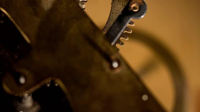 vídeos de stock, filmes e b-roll de gears mecânica trabalho - relógio de pulso
