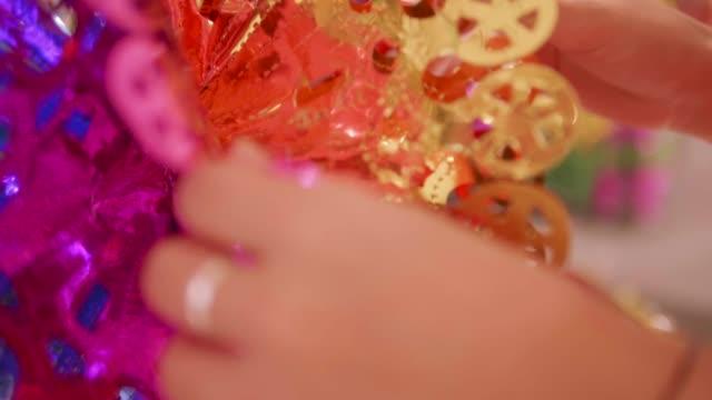 クリスマス ツリーを飾る手を cloee。 - ティンセル点の映像素材/bロール